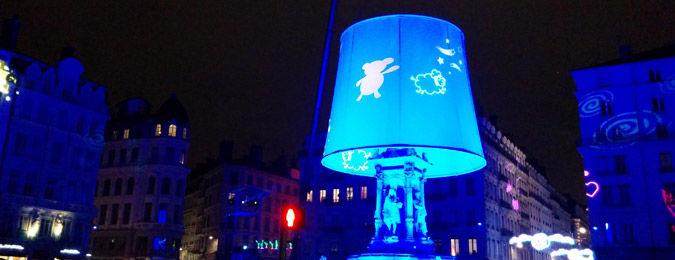 Fête des lumières de Lyon 2014. Installation dans les rues de Lyon. La fontaine des Jacobins transformée en veilleuse géante par l'artiste Christophe Mayer.
