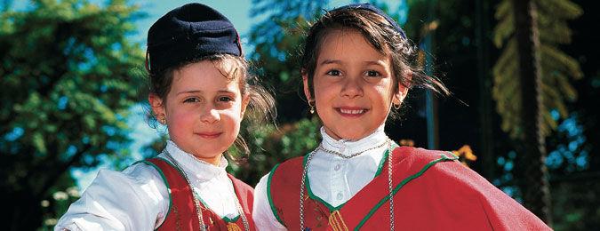 Enfants en costume traditionnel de Madère